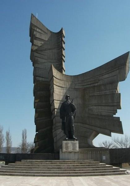 Das Heldendenkmal aus Păuliș